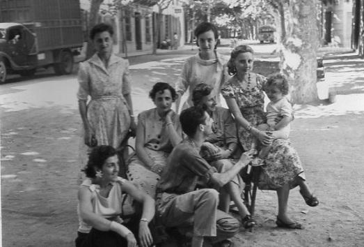 De pie, mi tía abuela Pilarín (a la izquierda) y la tía monja Pilar a la derecha. Abajo, parece que son las 3 hijas y el hijo de Salomón.